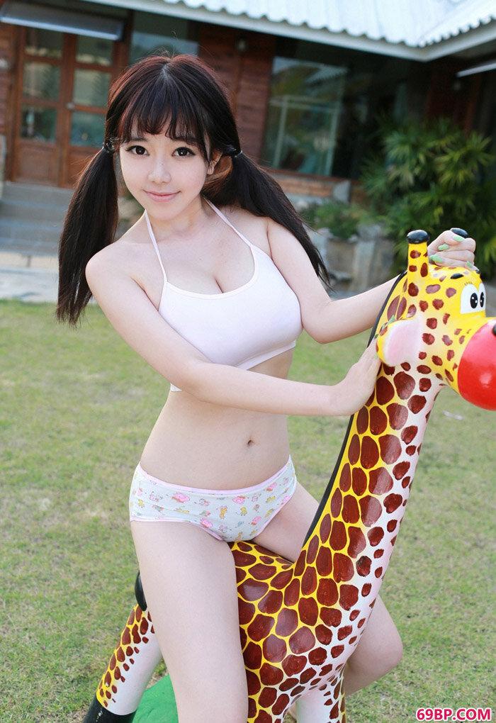 美丽名模刘飞儿Faye与长颈鹿玩耍_西西人体44rtent