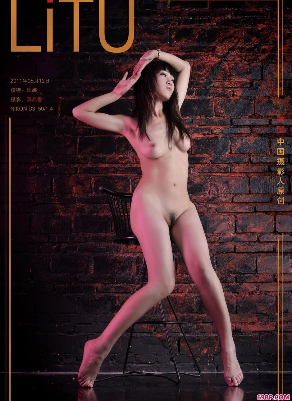 裸模迪娜地下室内的丰腴人体