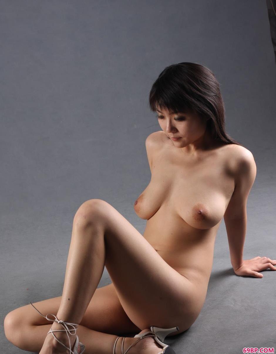 名模水妞写真棚里的丰润身材2