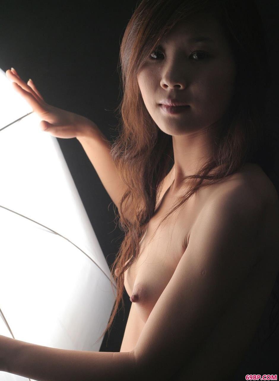 裸模英子室拍甜美人体