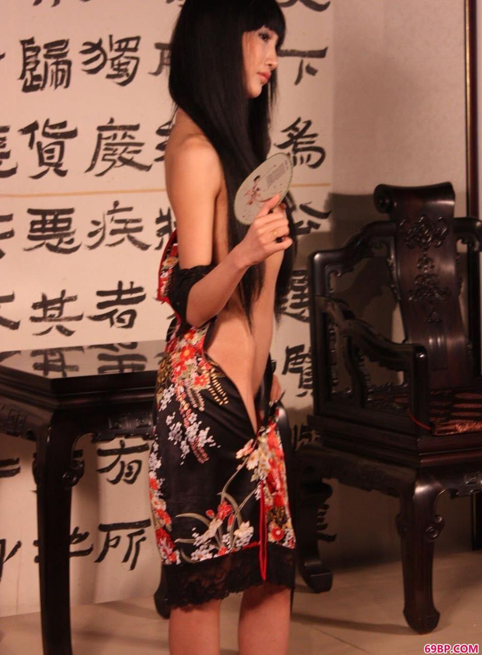 学生粉嫩嫩11P_裸模康妮大厅里的古典美体