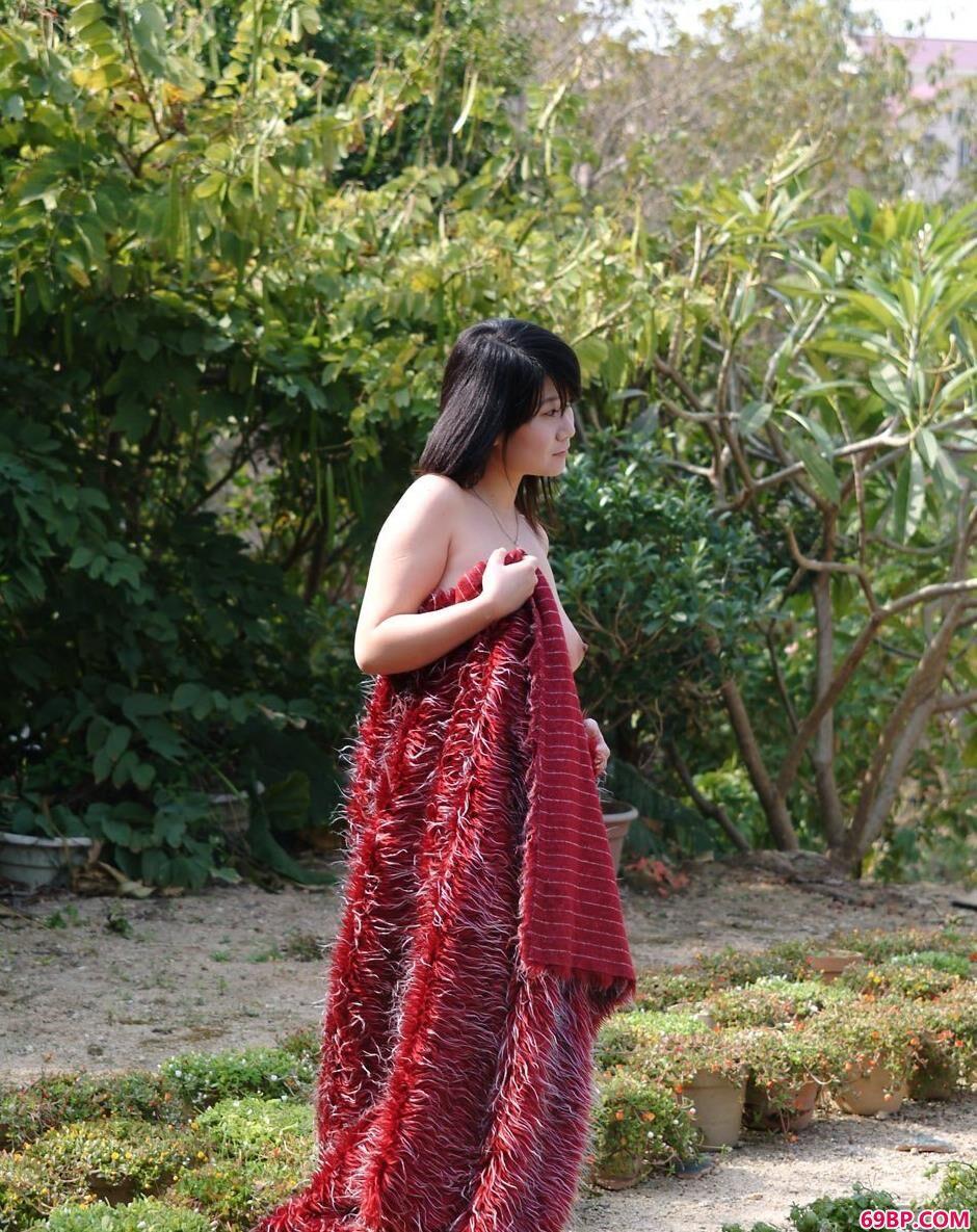 妹子妮屏小区里的红毛衣人体