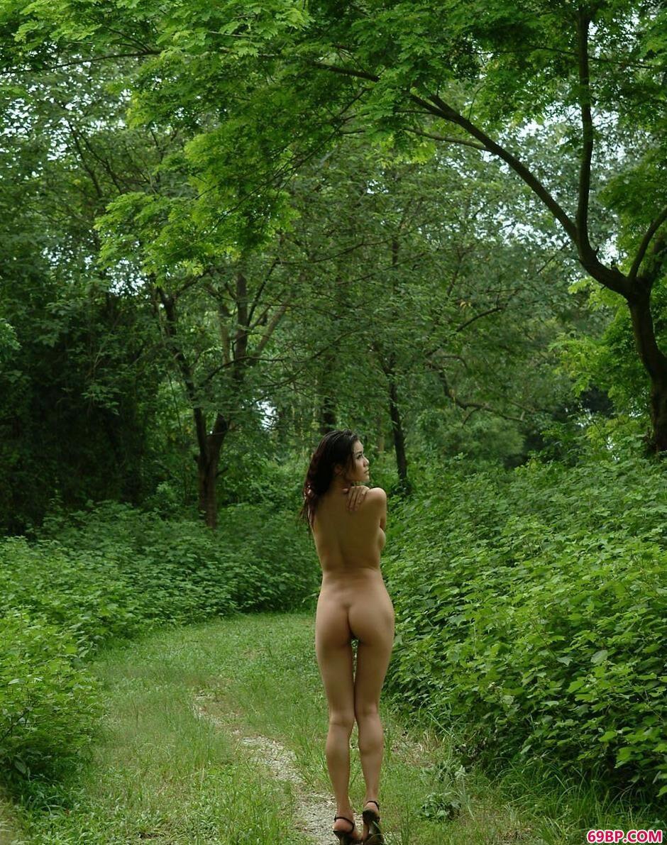 美人莉娜森林里的性感人体