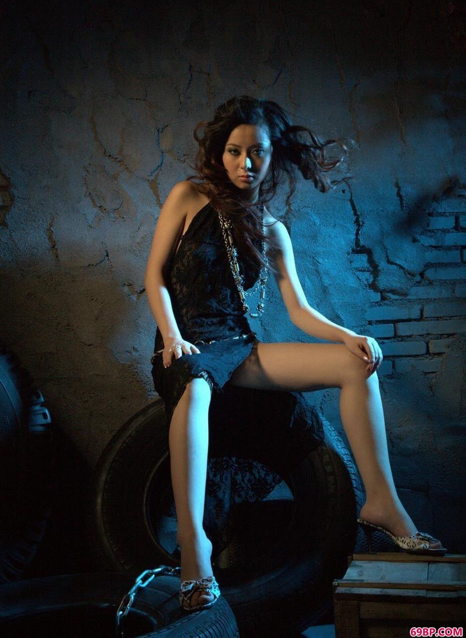 靓妹娜娜地下室里的轮胎人体