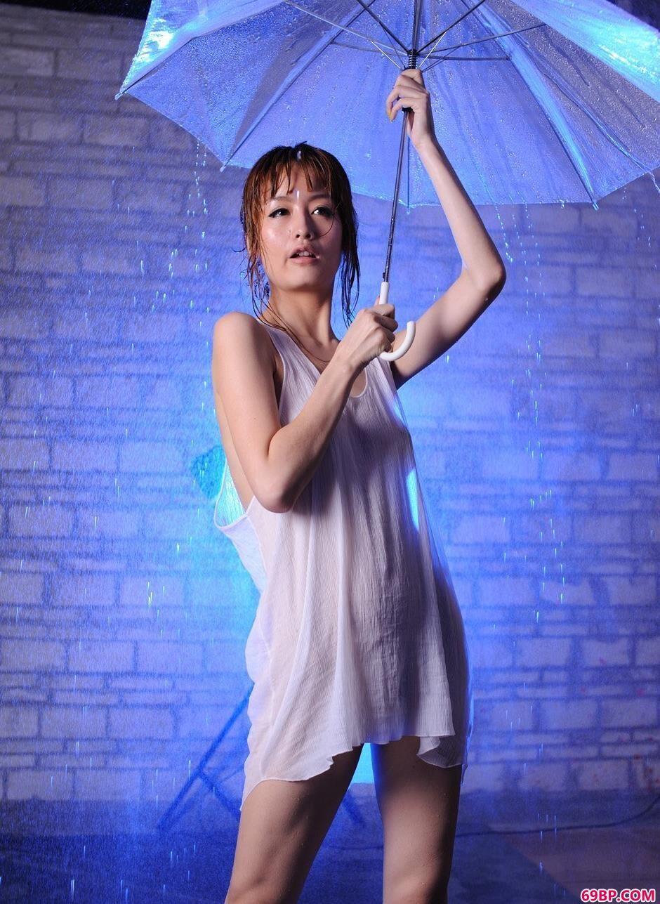 裸模YUMI地下棚里的淋水浴