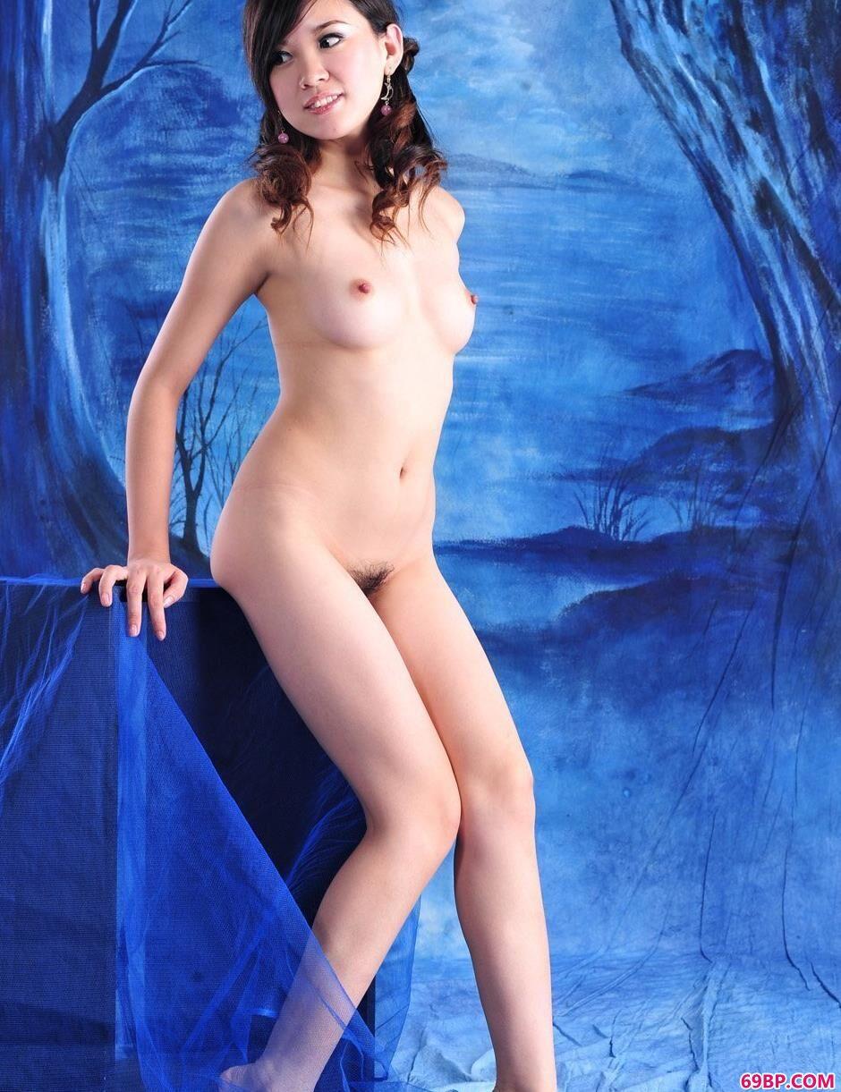 美人烨雪蓝色画布前的花瓶人体