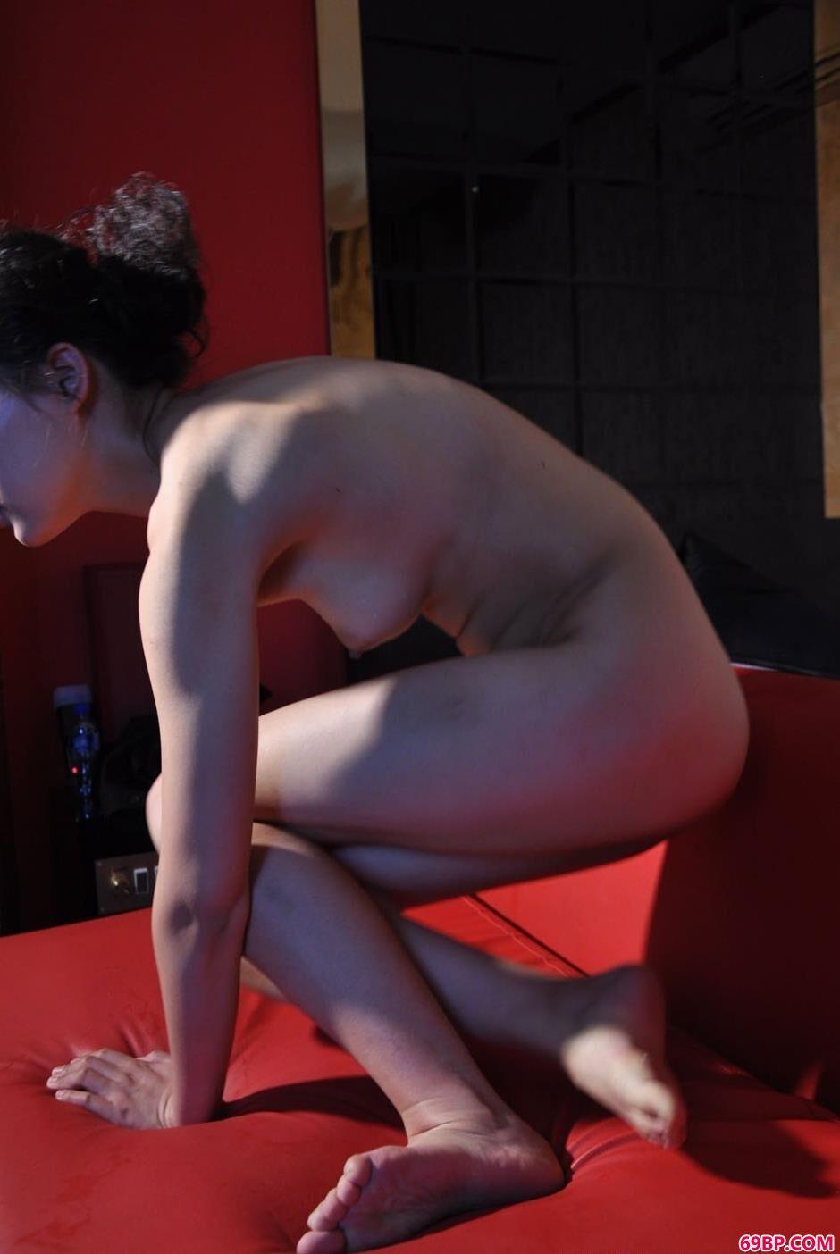 裸模纤纤酒店沙发上的美体2