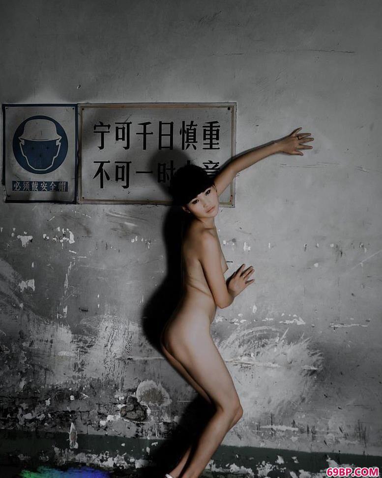 名模仙云废墟中的娇娃2_中国的人体艺术