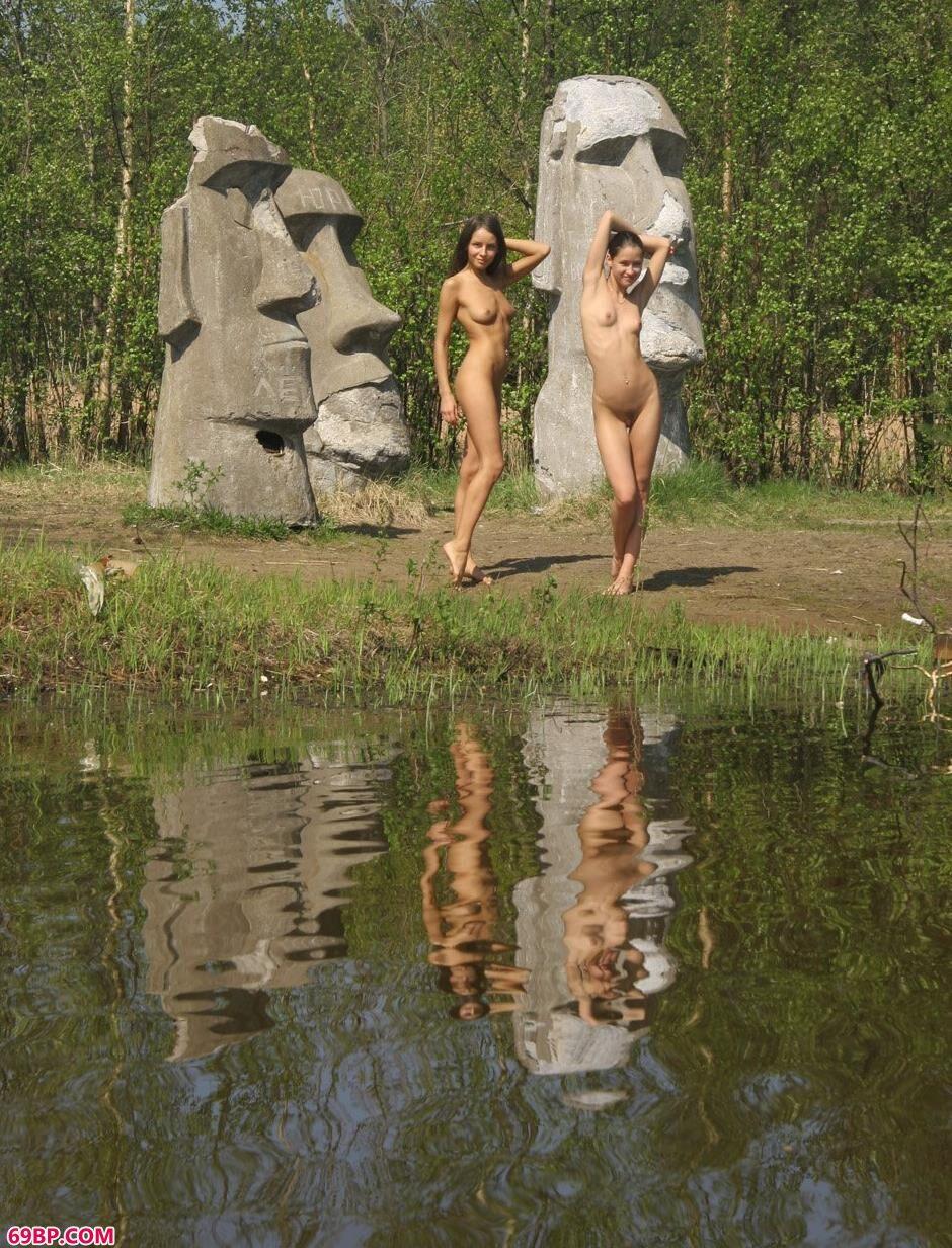 美模VIKA和Maria石脸像前的诱人人体
