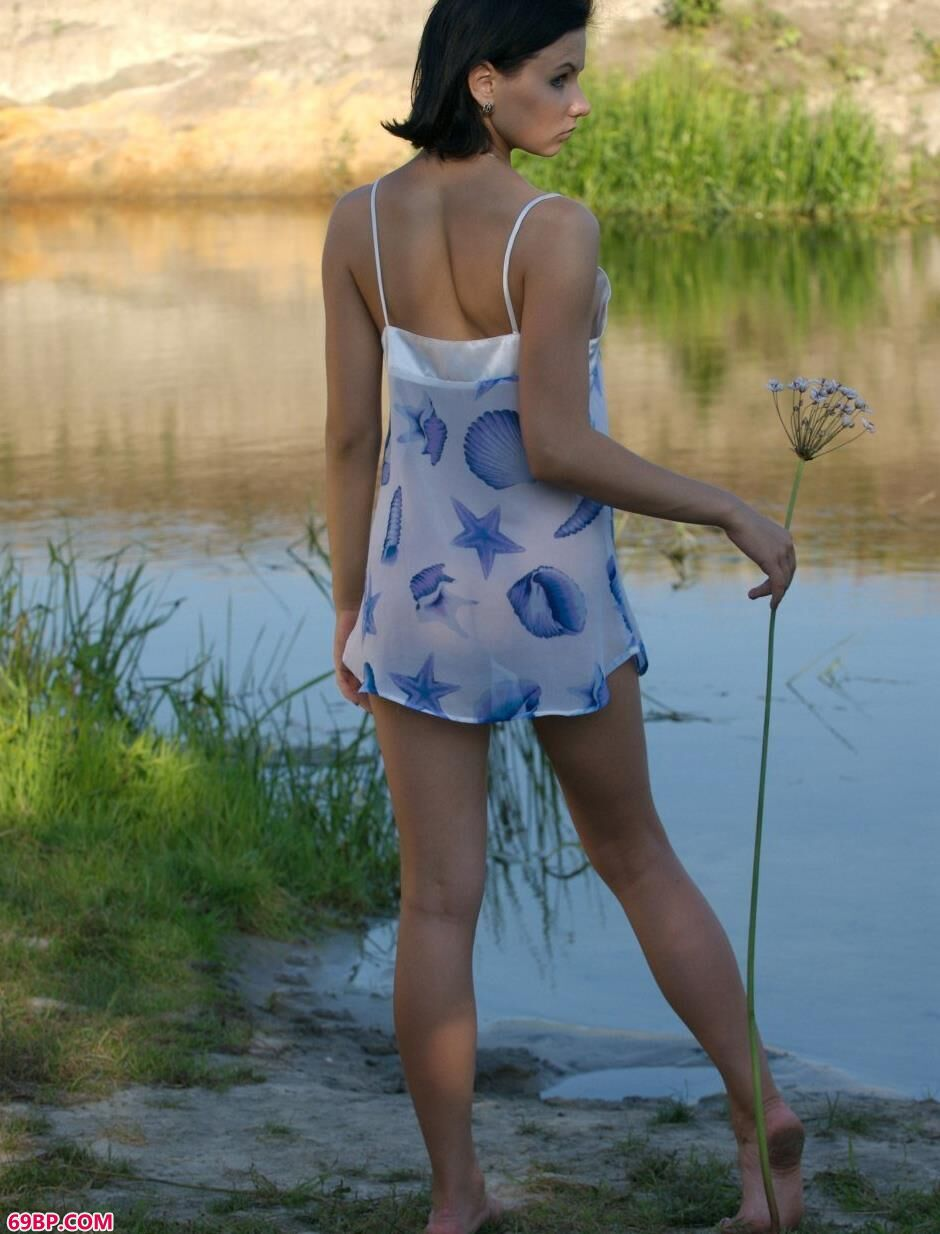 裸模Marina湖里的诱惑美体