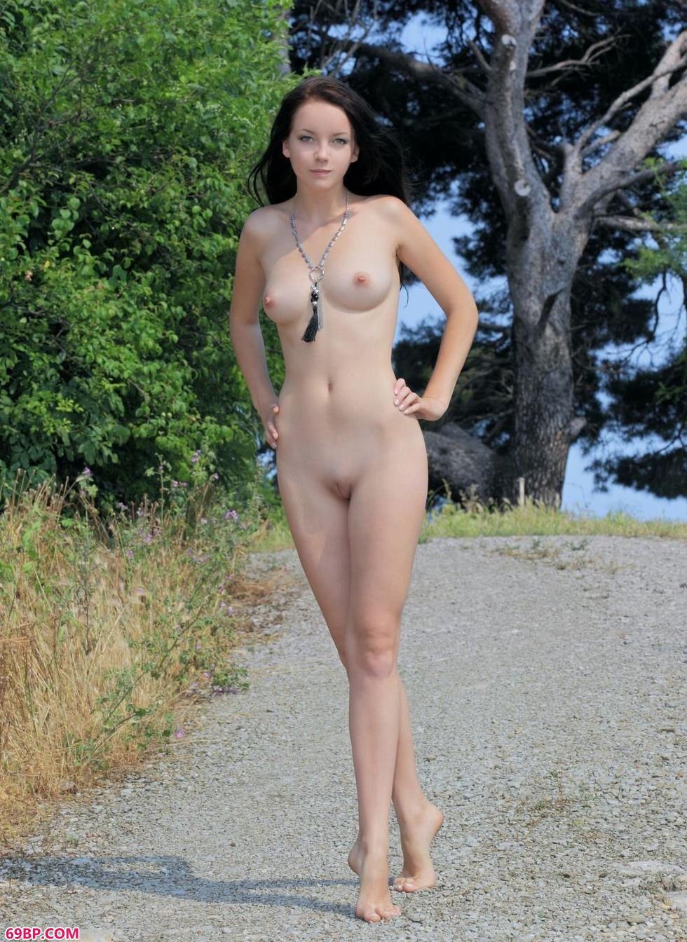 裸模Diana森林里的丰润人体
