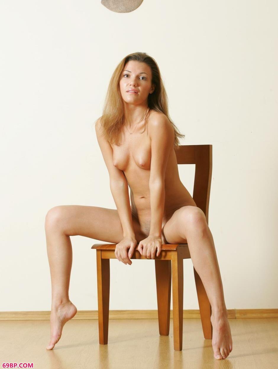 超模丹妮拉Daniela室内凳子上的勾人美体