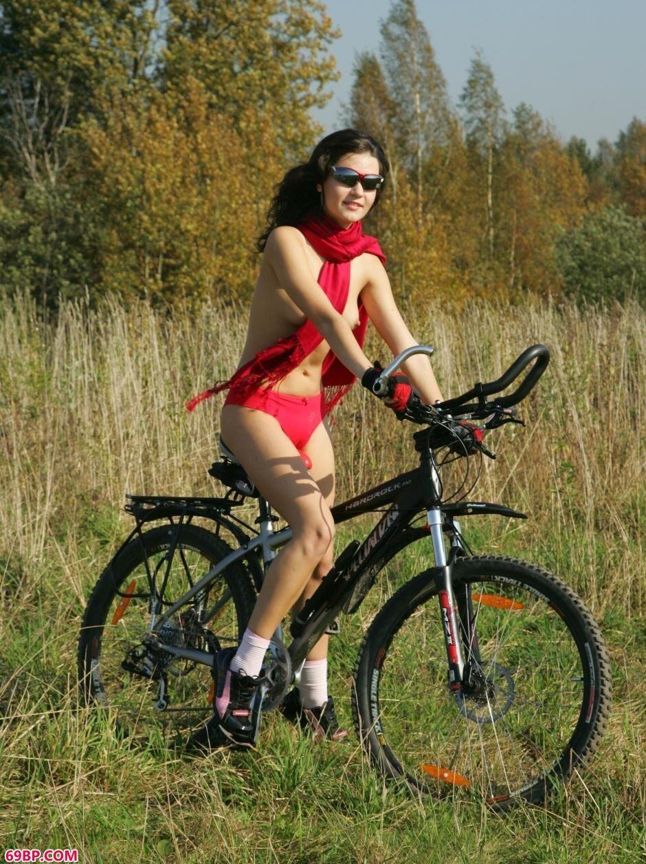 西西人艺体图片大胆_超模Dasha骑自行车到野外拍摄