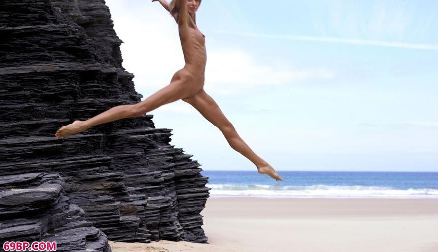 嫩模约瑟芬海边岩石上的人体