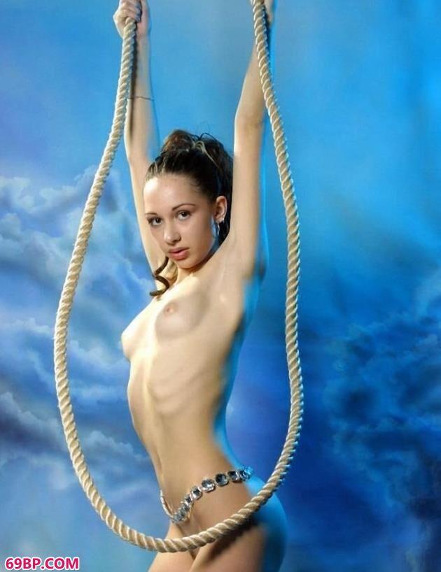 俄罗斯嫩模可妮莉雅室拍吊绳人体_意大利美女做爰