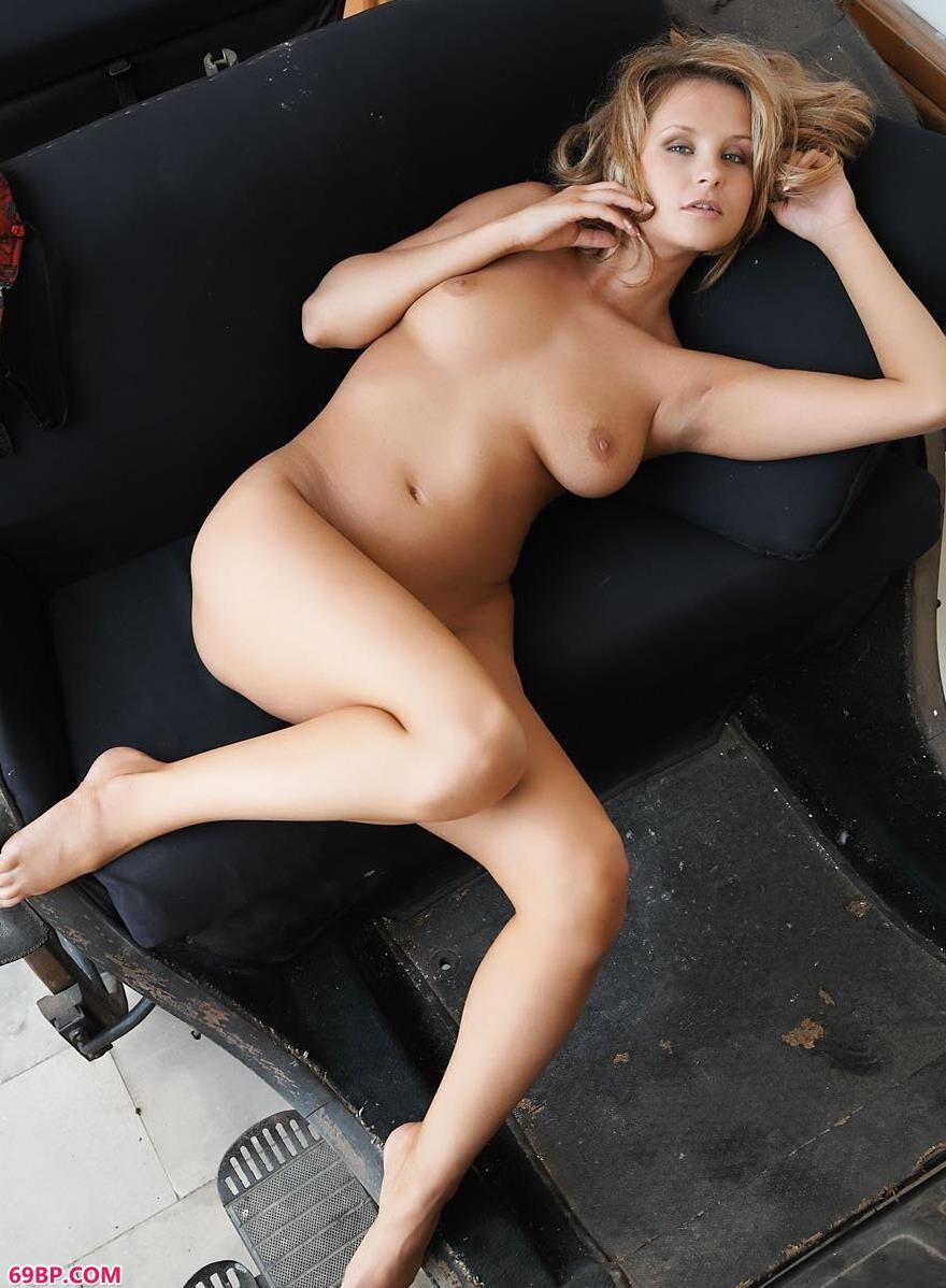 国模欢欢摄影师完整欢_PresentingLucinaA嫩模Anna现代马车上的撩人美体