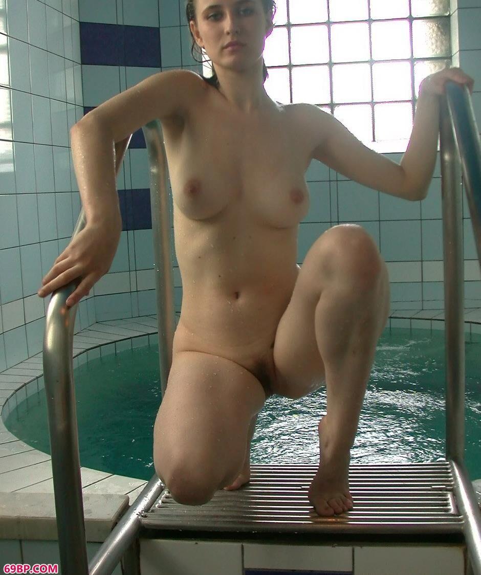 外国美模ALISA室内泳池里清爽休闲