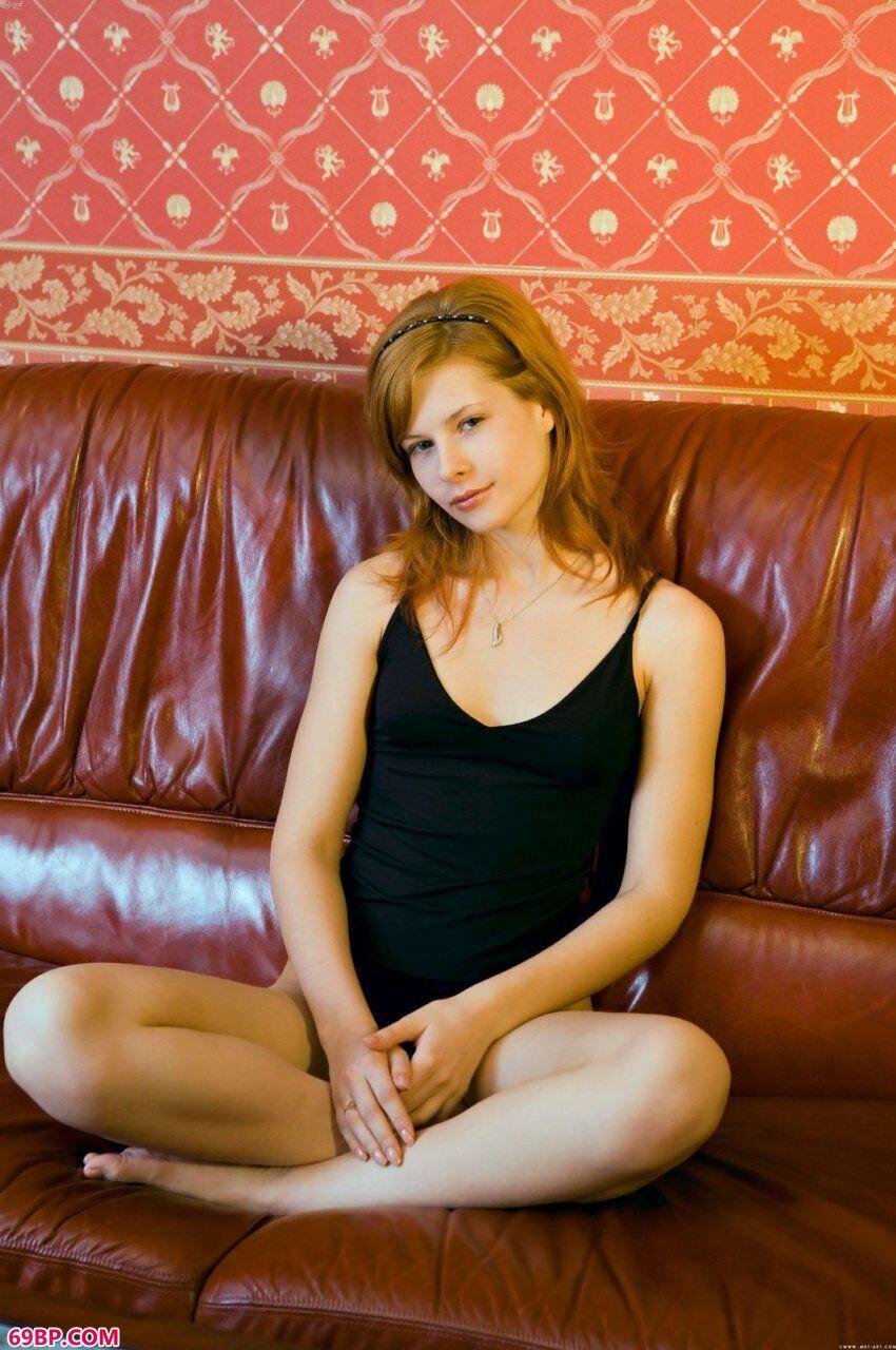 已满19岁的凯娜蕊初拍人体