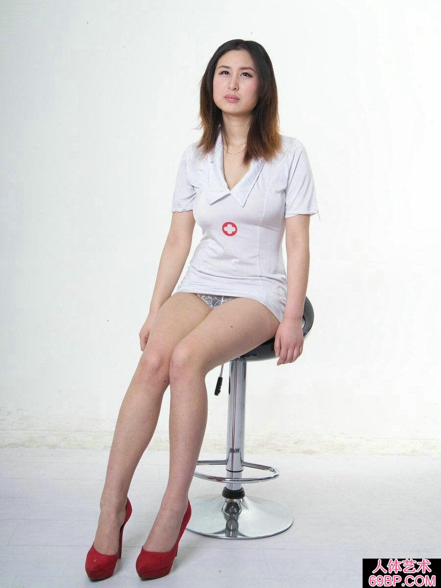皮肤白嫩丰润的裸模思君初拍试镜_美女�体照